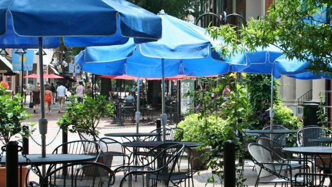 Abrasel solicita liberação de calçadas e estacionamentos para uso dos restaurantes durante pandemia.