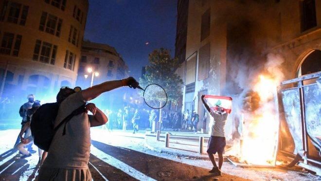 Policiais e manifestantes entram em confronto no Centro de Beirute.