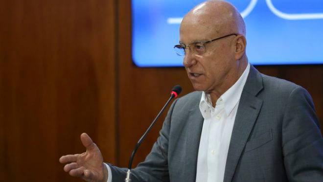"""""""Os liberais 'de fora' que vieram para o governo cabem num micro ônibus"""", diz Salim Mattar"""