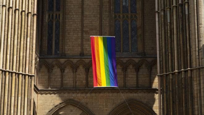 Bandeira do movimento LGBT na catedral anglicana de Peterborough, em Cambridgeshire, Reino Unido