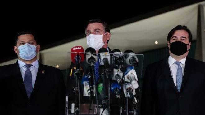 Bolsonaro fez pronunciamento sobre o teto de gastos ao lado de ministros e dos chefes do Congresso.