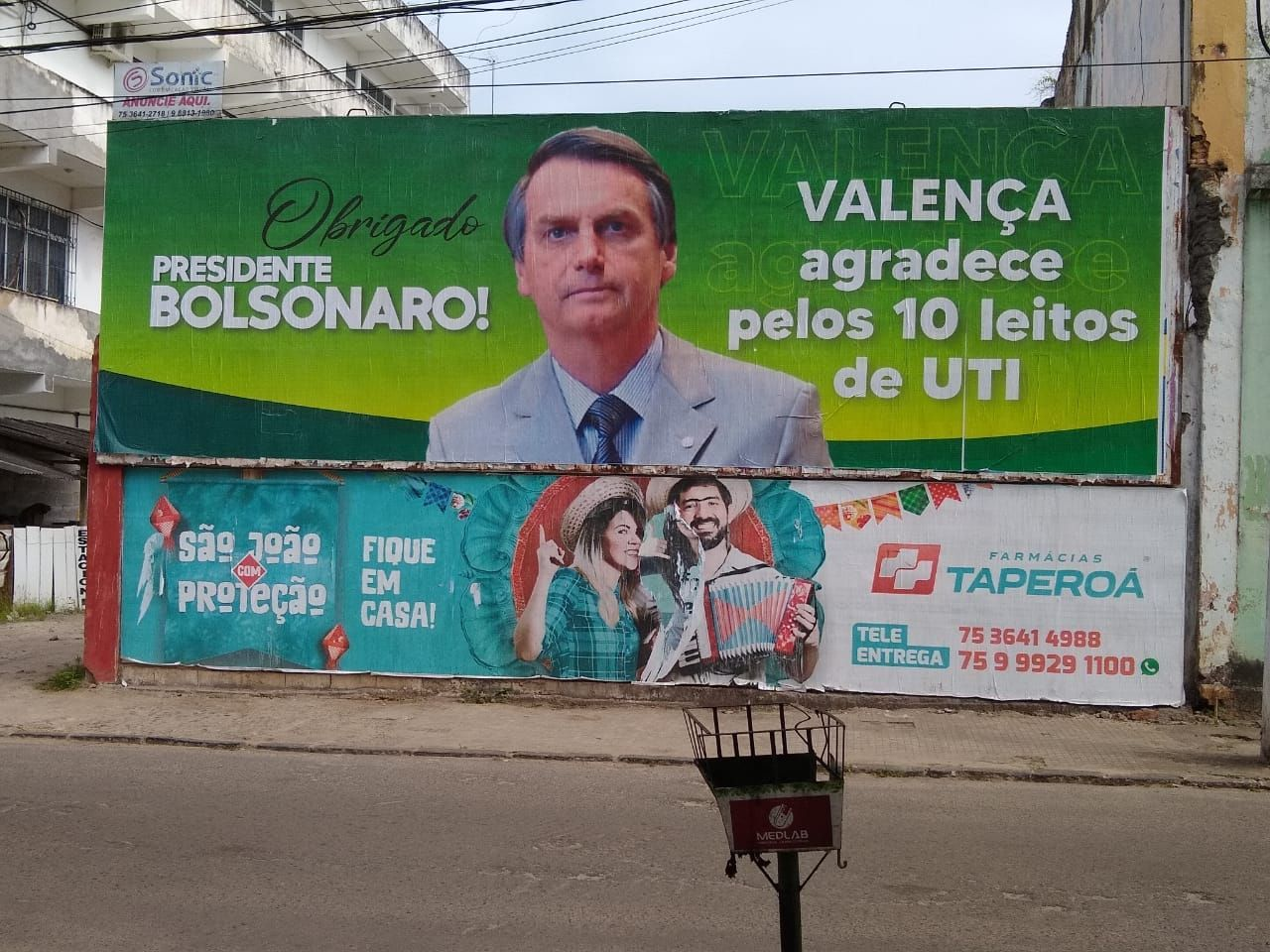 Outdoor de apoio ao presidente Jair Bolsonaro em Valença, no interior da Bahia: aprovação no Nordeste cresceu após o auxílio emergencial.