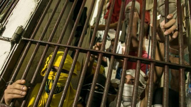 Superlotação nas cadeias: Na imagem, presos na Delegacia de Furtos e Roubos no bairro Jardim Botânico, em Curitiba