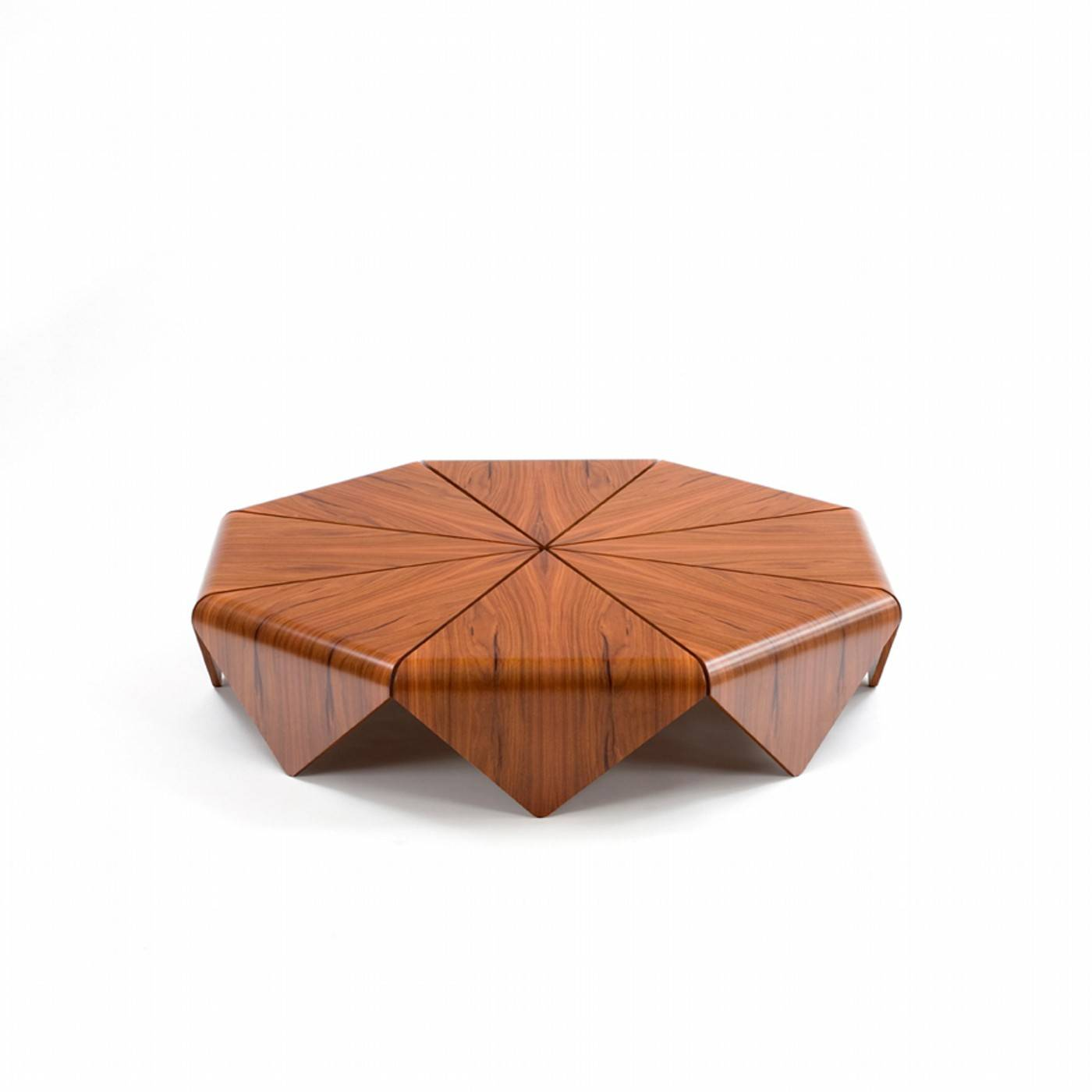 Mesa central Pétalas de 1959, reeditada em 2006, encanta pela curvatura que desafia a estrutura da madeira, lembrando as pétalas de uma flor em pau-ferro. Foto: Etel/Reprodução