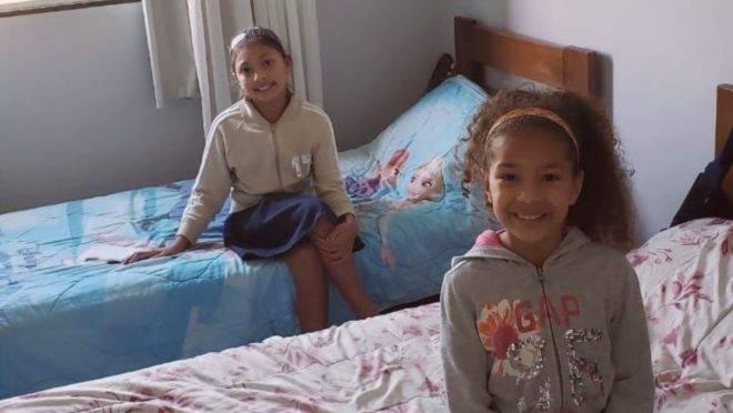 As filhas do professor Miguel, Marjorie (ao fundo) e Miriam, no quarto que dividem