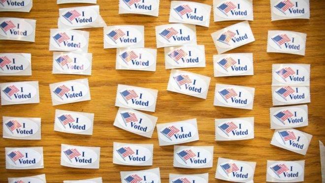 """Adesivos de """"Eu Votei"""" em local de votação na Carolina do Norte, nas primárias de 2020 (Imagem: Logan Cyrus/AFP via Getty Images)"""