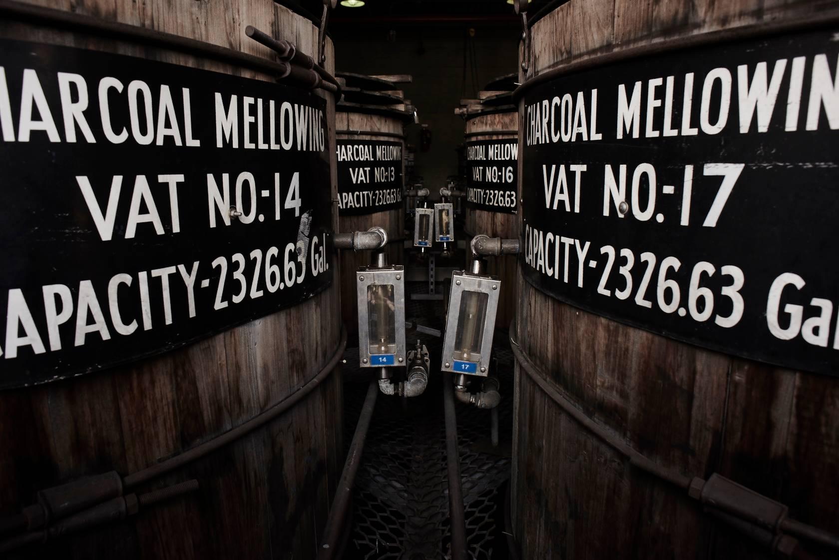 O charcoal mellowing é o processo que envolve o carvão na produção de whiskey. Foto: Divulgação/Jack Daniel's