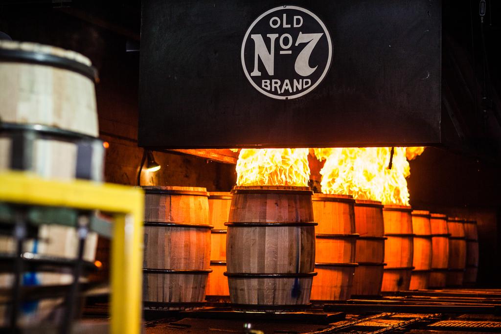 O fogo colocado nos tanques de carvão é ateado usando Jackie Daniel´s como combustível. Foto: Divulgação/Jack Daniel´s