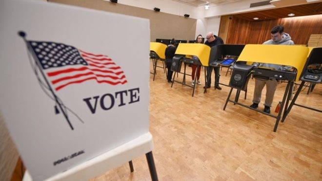 Eleitores votam durante a Super Terça do Partido Democrata. Foto de março de 2020. Imagem: ROBYN BECK/AFP via Getty Images