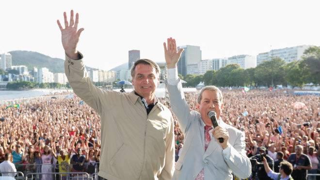 O presidente Jair Bolsonaro e o pastor RR Soares em evento no Rio deJjaneiro.