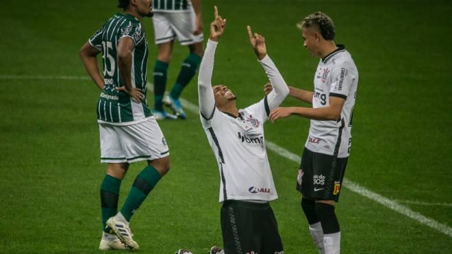 Jô comemora gol na vitória do Corinthians sobre o Coritiba