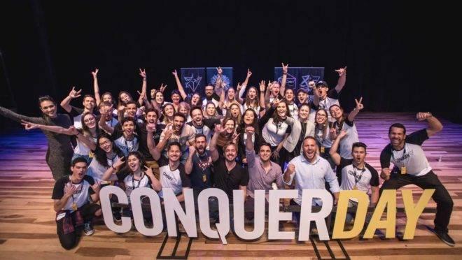 Equipe Conquer durante um Conquer Day, evento promovido pela escola antes da pandemia e reunia 2.000 pessoas na  Ópera de Arame, agora o modelo também foi adaptado para um masterclass que atraiu 40 mil alunos simultaneamente.