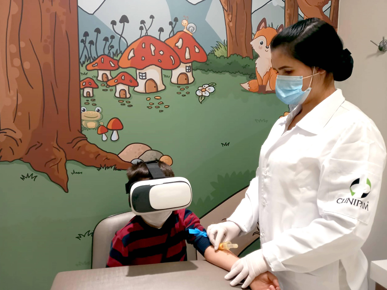 Na Clinipam, a ideia de usar óculos de realidade virtual para distrair crianças que têm medo de agulha veio dos próprios funcionários de análises clínicas. Foto: Divulgação.