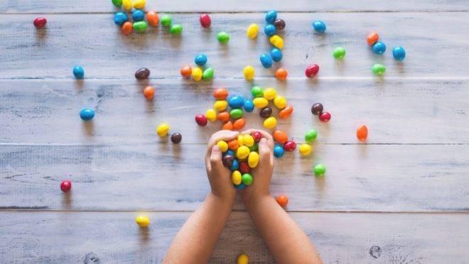 O consumo excessivo de açúcar pode acarretar problemas a curto e longo prazo para os pequenos.