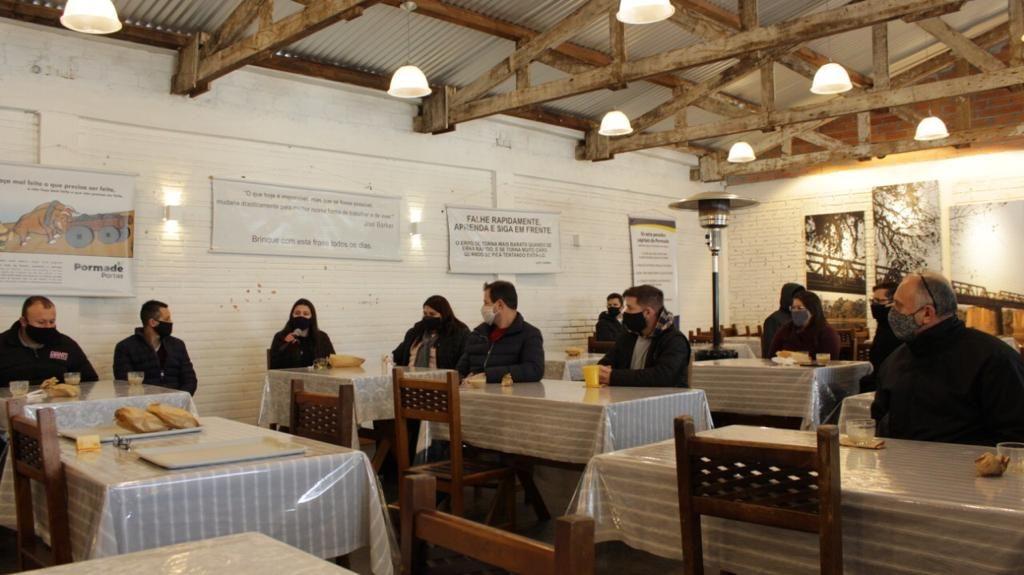 Nos cafés com o diretor-presidente, Claudio Zini, colaboradores falam sobre os valores da empresa, comentam a gestão e discutem ideias. Foto: Divulgação.