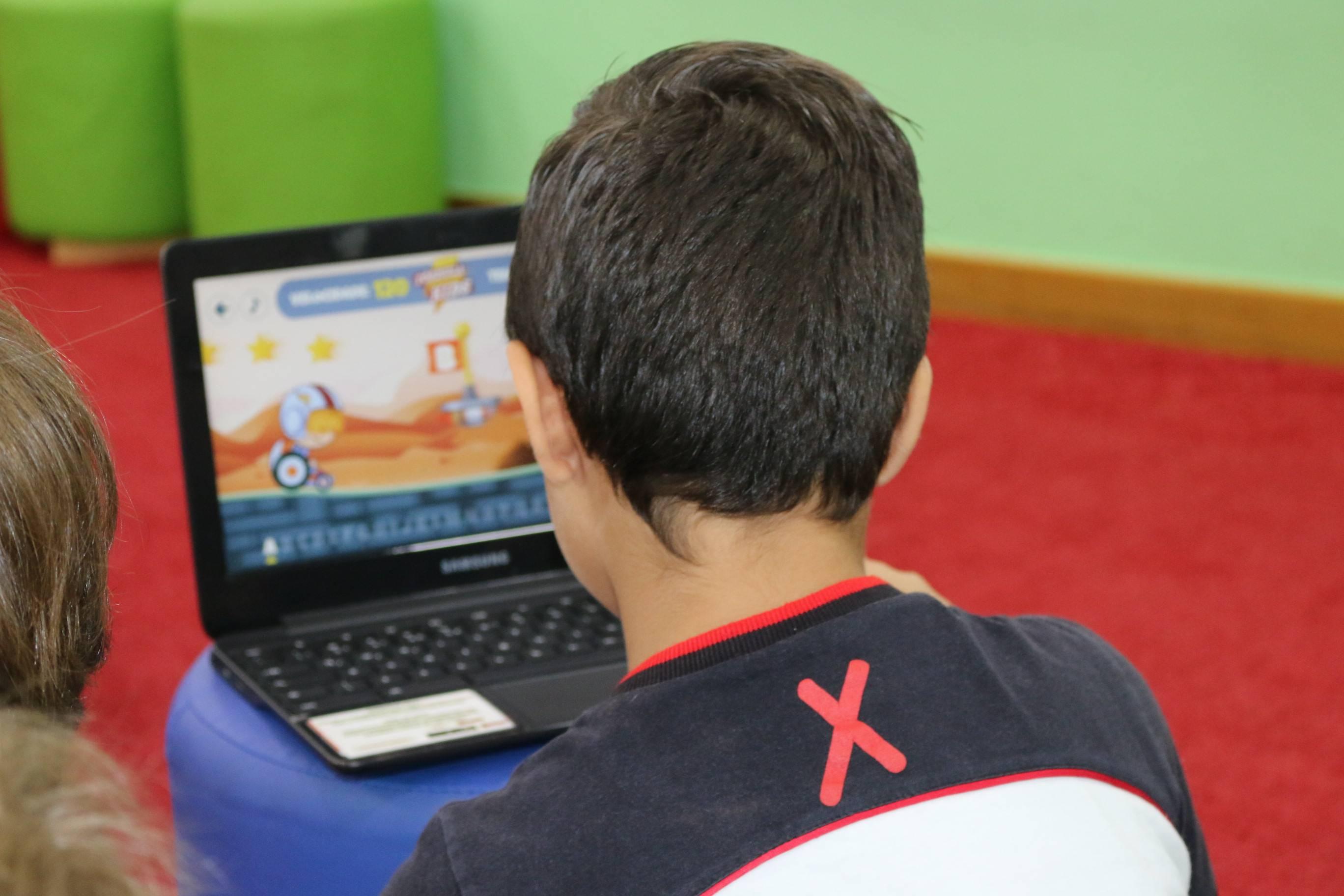 Nas Salas Google, alunos e professores usam dispositivos como laptops, celulares e até óculos de realidade virtual para enriquecer o processo de aprendizagem. Foto: Divulgação.