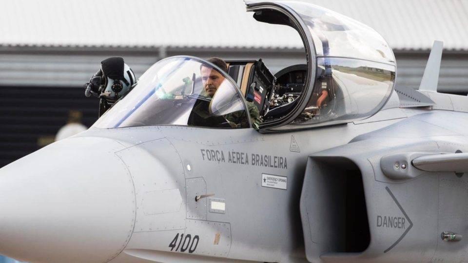 Bolsonaro participa de lançamento do caça Gripen E da FAB
