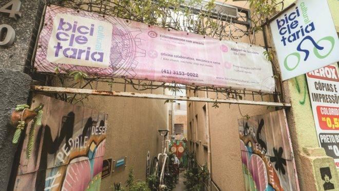 Bicicletaria Cultural oferece espaço de convivência e apoio aos cicloentregadores da capital.