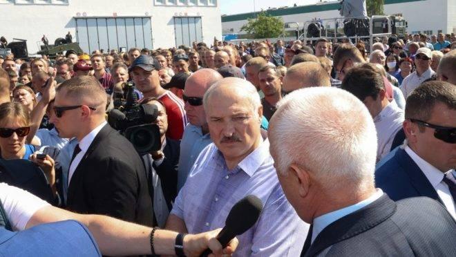 O ditador da Bielorrússia, Alexandre Lukashenko, ao centro da imagem.