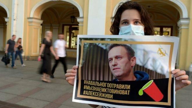 Em São Petersburgo, mulher segura cartaz em apoio a Alexei Navalny.