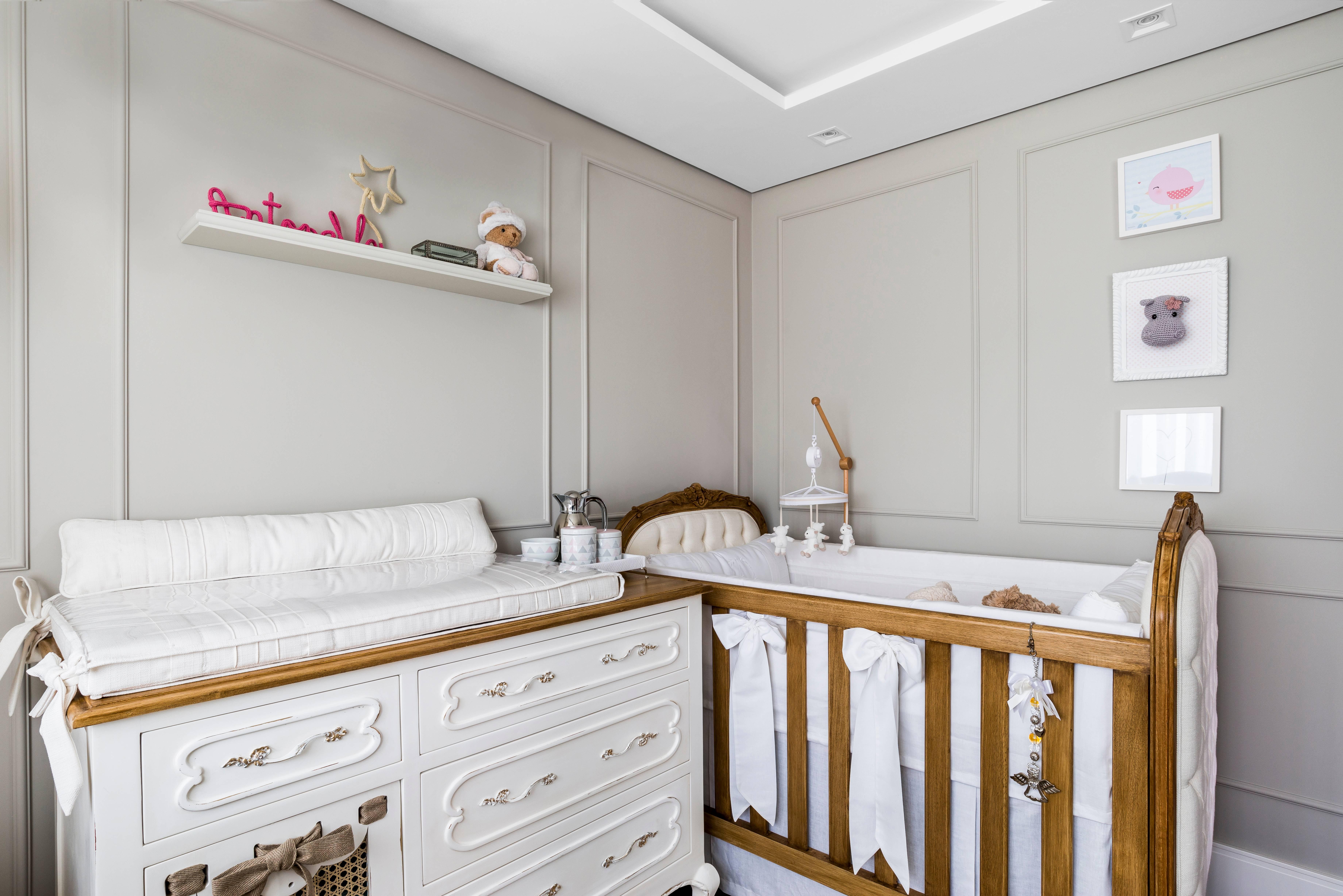 Inspirado no estilo clássico francês, o projeto da arquiteta Larissa Lóh tem como destaque o mobiliário feito artesanalmente em madeira natural. Foto: Daniel Katz