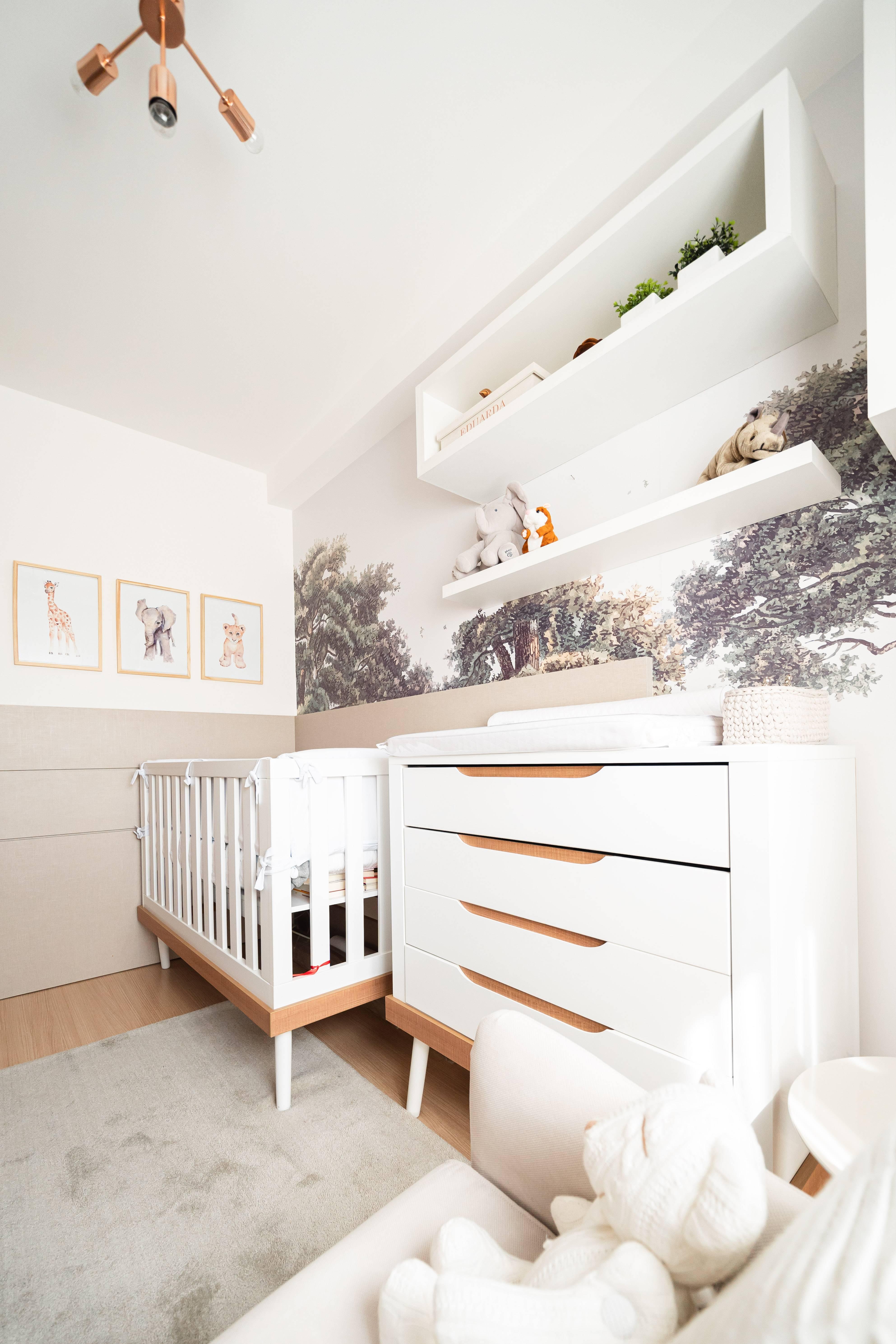 Com móveis soltos e tema safári, o projeto da arquiteta Larissa Lóh destaca os objetos de decoração e o papel de parede, criado pela própria arquiteta. Foto: João Juchem