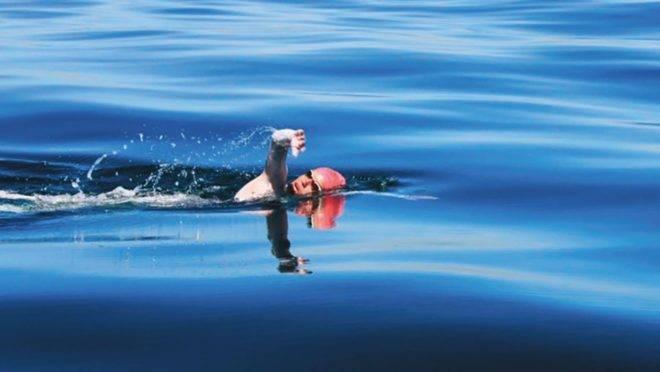 Mariana Chevalier, nadadora curitibana que se tornou a mais jovem brasileira a atravessar o Canal da Mancha