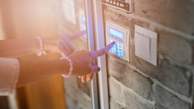 Câmeras e alarmes são recursos para inibir furtos e roubos