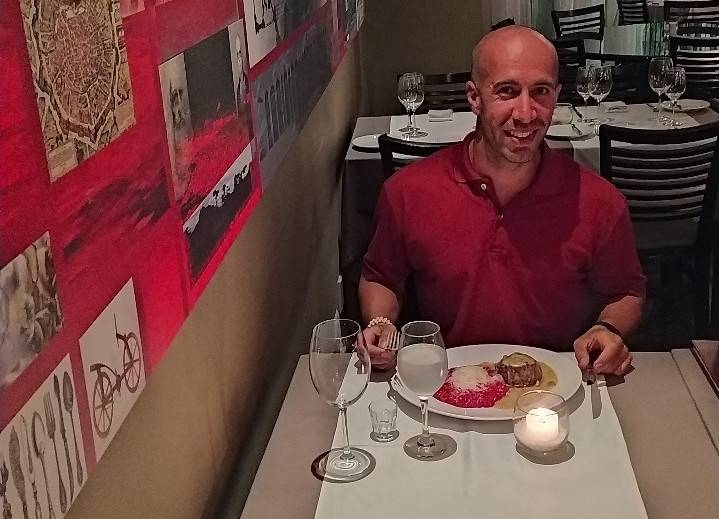 Alex no Ernesto Ristorante, provando o melhor prato do Prêmio Bom Gourmet de 2019. Foto: Arquivo Pessoal