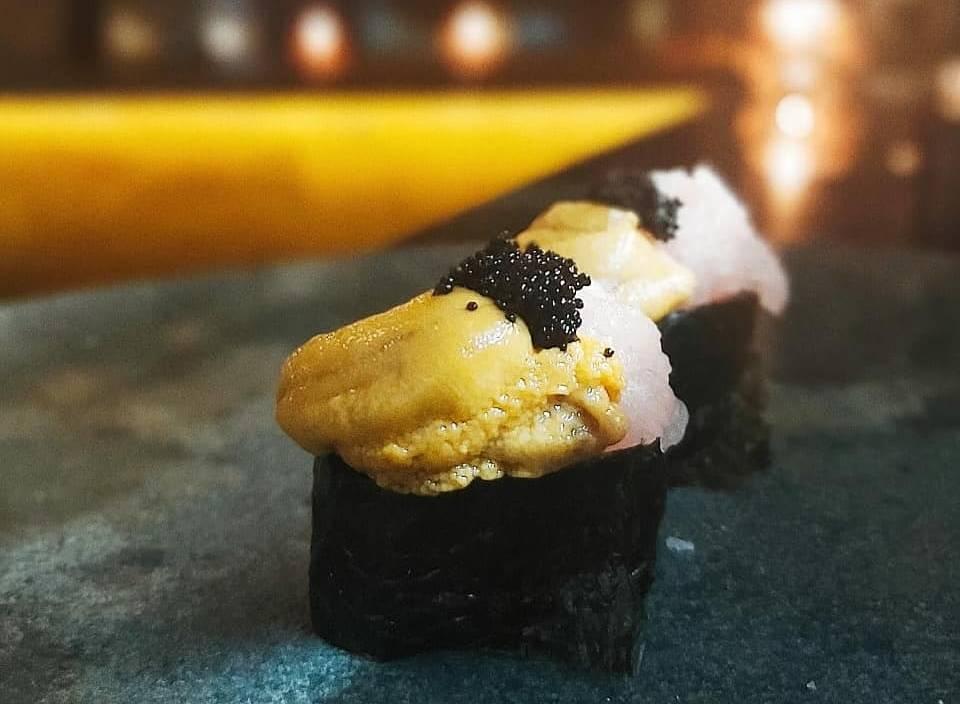 Gunkan de atum, ouriço do mar e ovas de massago.
