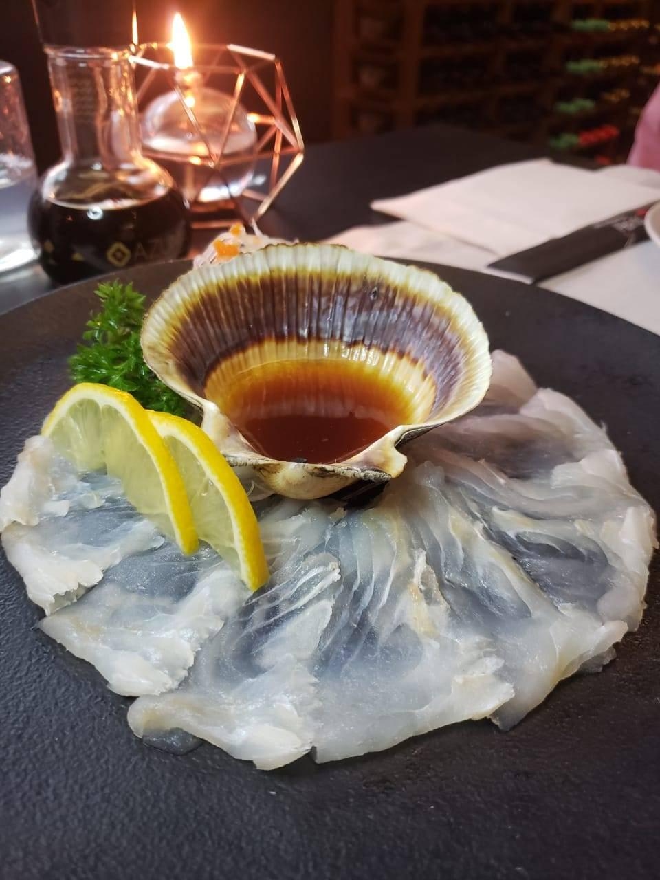 Usuzukuri, um tipo de carpaccio oriental, que traz lâminas de peixe branco (aqui, linguado) servidas com karashi (mostarda japonesa) ao molho ponzu.