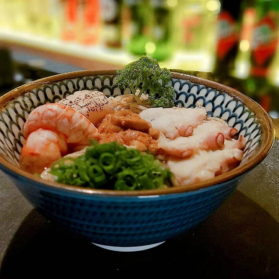 Entre os pratos do serviço à la carte está o Tchampon, caldo de lagostim, massa fresca de lámen, vieiras, lagostim, lula, uni e polvo.