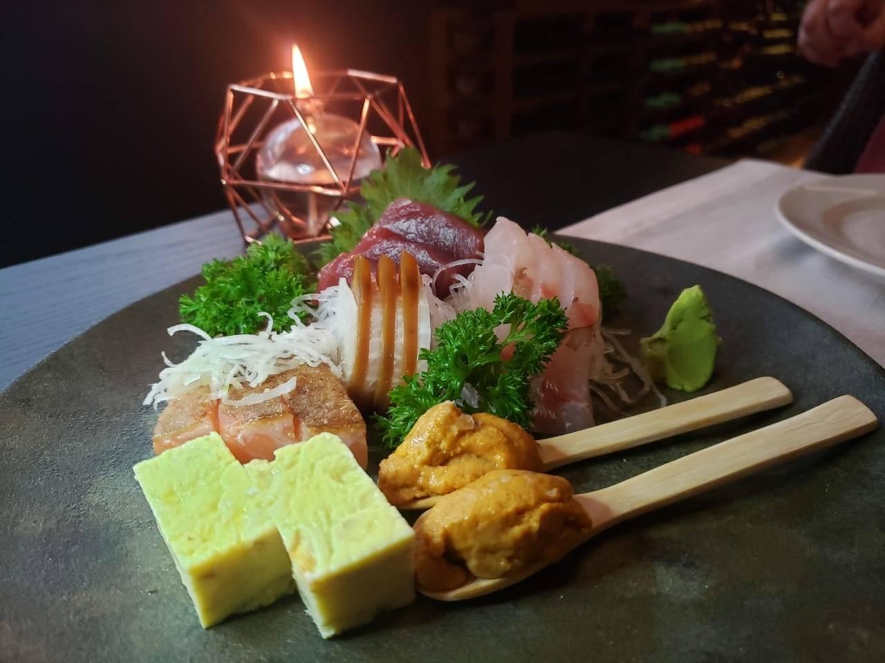 Sashimis variados:  bottarga, uni, tamagoyaki (omelete) e peixes.