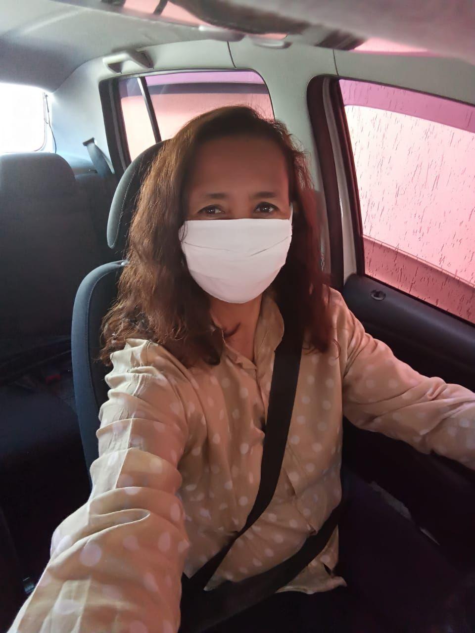 Edina aproveita a facilidade de trabalhar com transportes, para levar materiais a voluntárias que fazem máscaras. Foto: Arquivo pessoal.