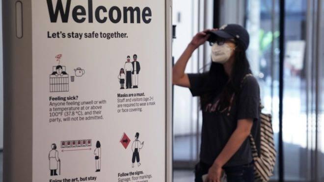 Mulher passa por scanner que mede temperatura na entrada do Museu de Arte Moderna de Nova York (MoMA, na sigla em inglês)