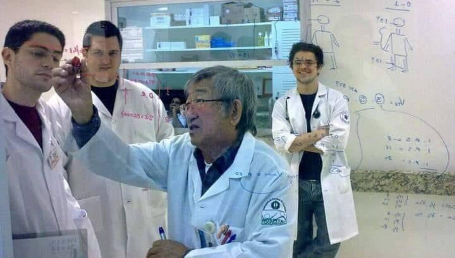 Dr. Miguelito durante aula na UEL.