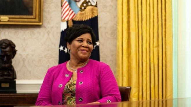 Alice Johnson participa de reunião com Donald Trump no Salão Oval da Casa Branca.