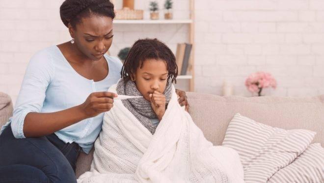 A tosse é um sintoma, mas familiares devem ficar atentos a outros sinais que podem estar juntos, como febre e catarro