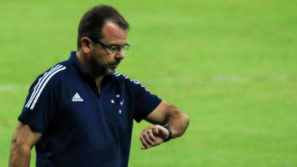 Parece piada: no futebol brasileiro, até patrocinador pede a demissão de técnico