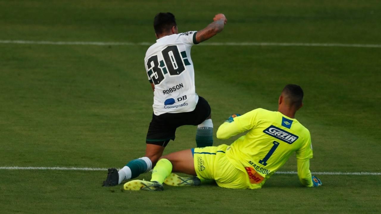 Momento em que goleiro Mailson comete pênalti em Robson. Foto: Albari Rosa/Foto Digital/Gazeta do Povo