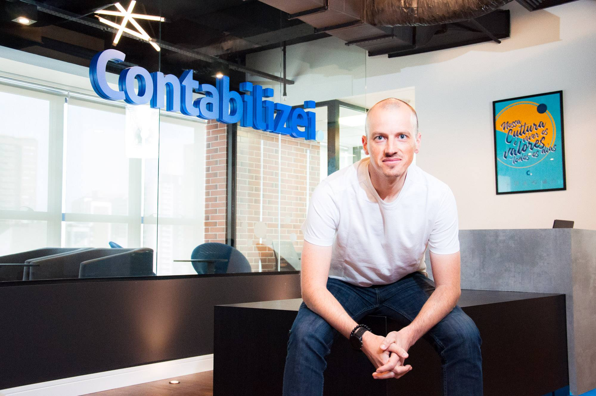 Vitor Torres, CEO e cofundador da Contabilizei, em Curitiba. Atividades da empresa se mantêm estáveis com a pandemia, com os mais de 400 funcionários em home office. Foto: Divulgação.