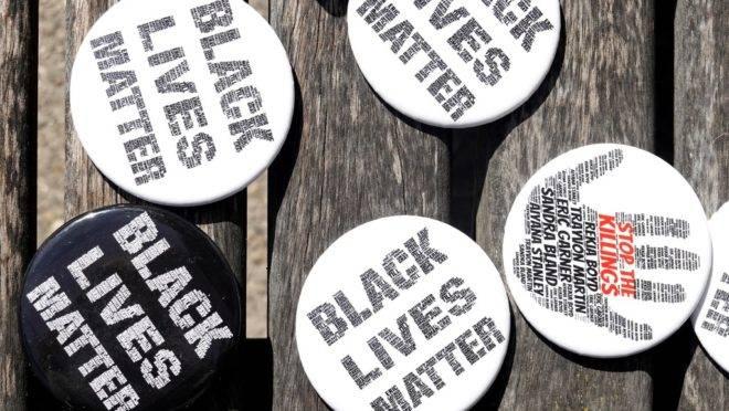 Bottoms do movimento Black Lives Matter são distribuídos em Kenosha, Wisconsin.