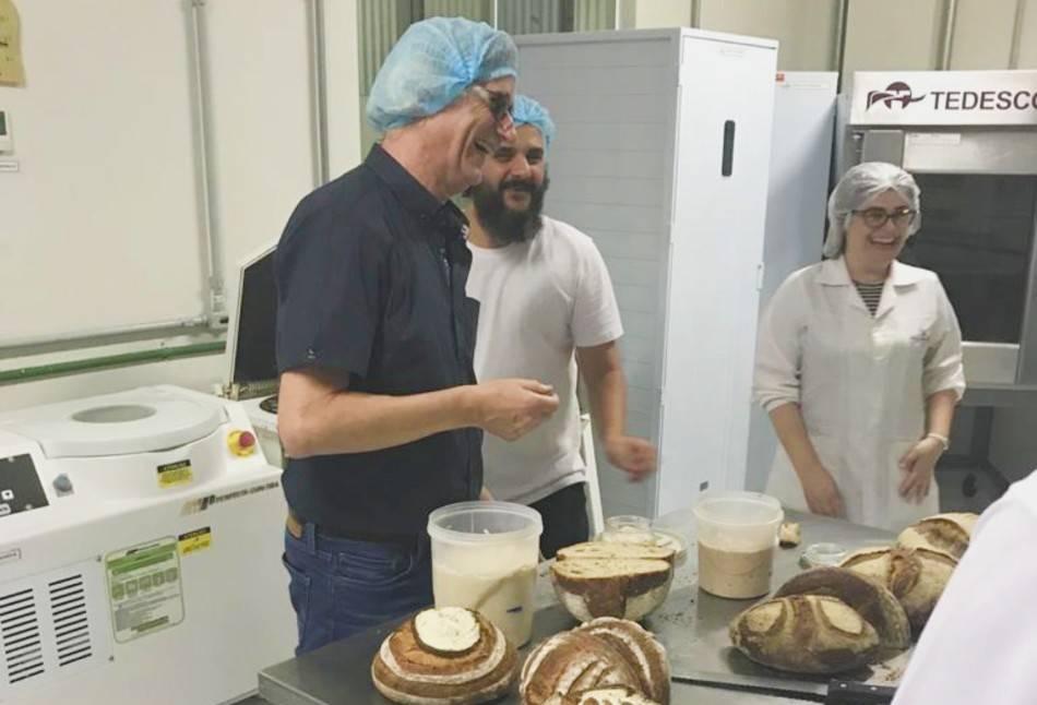 Michel Suas preparou pão ao lado de Eduardo Freire Feliz. Foto; Arquivo Pessoal