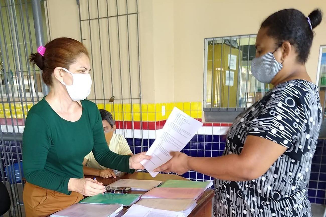 Entrega de atividades para alunos da rede pública estudarem em casa durante o fechamento de escolas por causa do combate ao coronavírus.