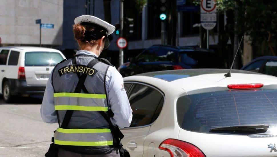 No novo uniforme dos agentes de trânsito, saem os tons de cinza e entram o preto e o verde fluorescente