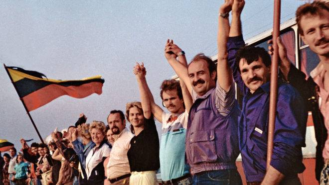 No dia 23 de agosto de 1989, 2,2 milhões de pessoas se posicionaram lado a lado, ao longo das estradas que ligavam Tallinn, capital da Estônia, Riga, capital da Letônia, e Vilnius, capital da Lituânia, como forma de protesto a URSS.