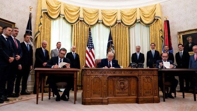 Cerimônia realizada no Salão Oval da Casa Branca reuniu o presidente dos EUA, Donald Trump, com o presidente da Sérvia, Aleksandar Vučić, e o primeiro-ministro do Kosovo, Avdullah Hoti, em 4 de setembro de 2020.
