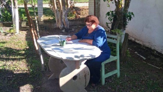 Dona Terezinha é do tempo em que estudo era para poucos, mas hoje, aos 74 anos, escreve poemas e está preparando um livro.