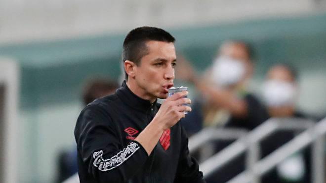 Técnico Eduardo Barros dirigindo o Athletico na Arena.