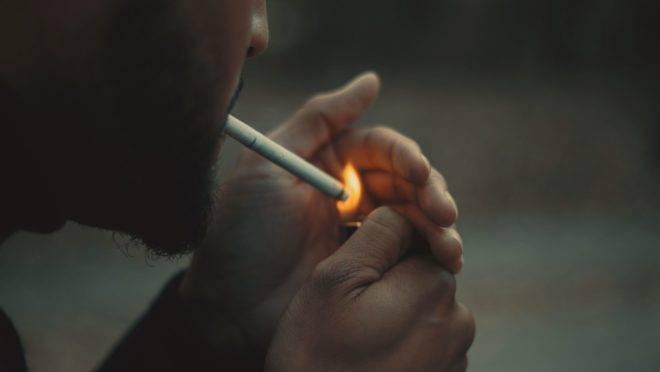 O hábito de fumar atinge diretamente a saúde do coração, predispondo ao infarto e doenças cardiovasculares